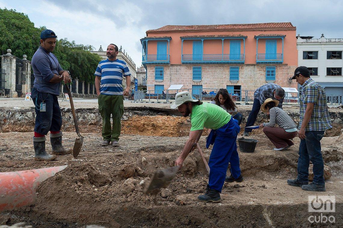 Trabajos arqueológicos en restos de la Muralla de La Habana. Foto: Otmaro Rodríguez.