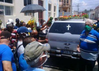"""El cortejo fúnebre de """"Neno"""" Mendoza en su ciudad natal, Manzanillo. Foto: Roberto Meza Matos/ Radio Rebelde."""