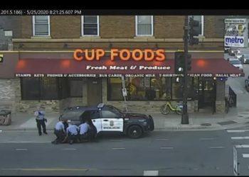 En esta imagen de archivo del 25 de mayo de 2020 se ve a los oficiales de policía de Minneapolis de izquierda a derecha, Tou Thao, Derek Chauvin, J. Alexander Kueng y Thomas Lane intentando detener a George Floyd. Foto: Court TV vía AP.
