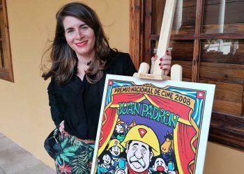 Silvia Padrón con un cartle alegórico a la obra de su padre Juan Padrón en los Premios Quirino 2021. Foto: rtve.es