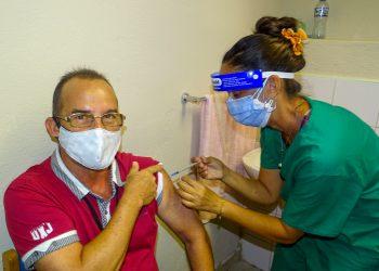 Voluntario del estudio de intervención recibe dosis de Soberana Plus. Foto: @cneuro_cuba/Twitter/Archivo.