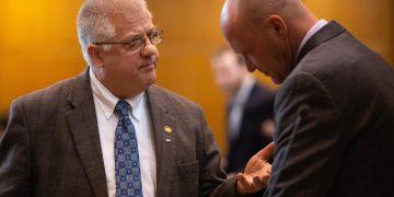 El congresista estatal republicano por Oregón, Mike Nierman, (Izquierda) durante una sesión legislativa el lunes. |  Foto: Statesman Journal (Cortesía)