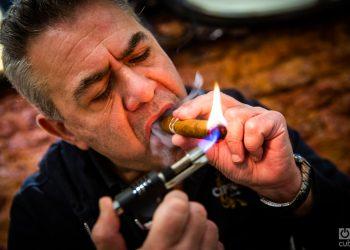 Sergio Sciarioni disfruta de un Habano cubano en Casa Lotar. Foto: Kaloian Santos Cabrera.