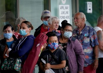 Fila en una oficina de ayuda al desempleo en Miami. | Foto: Reuters (Archivo)