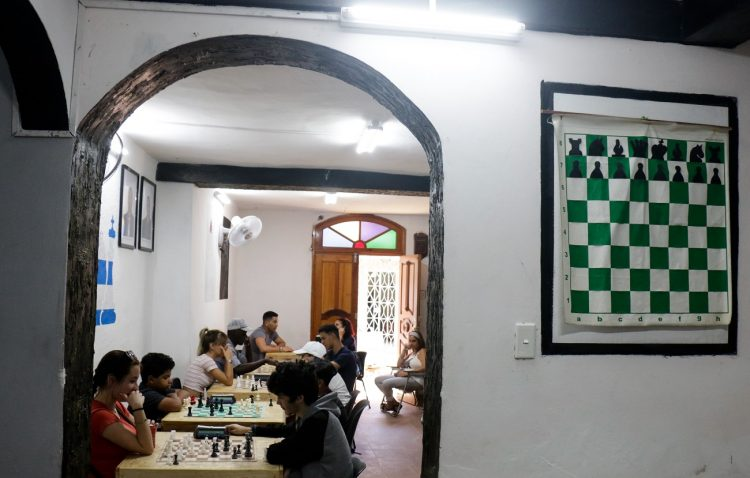 Niños y jóvenes juegan como parte del proyecto comunitario de ajedrez en La Habana Vieja, el 10 de Febrero de 2020 en La Habana, Cuba. FOTO: Calixto N. Llanes/ vía JIT