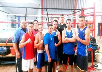 Ernesto Aroche (al centro) durante su etapa como entrenador de Costa Rica. Foto: tomada de Diario Extra.