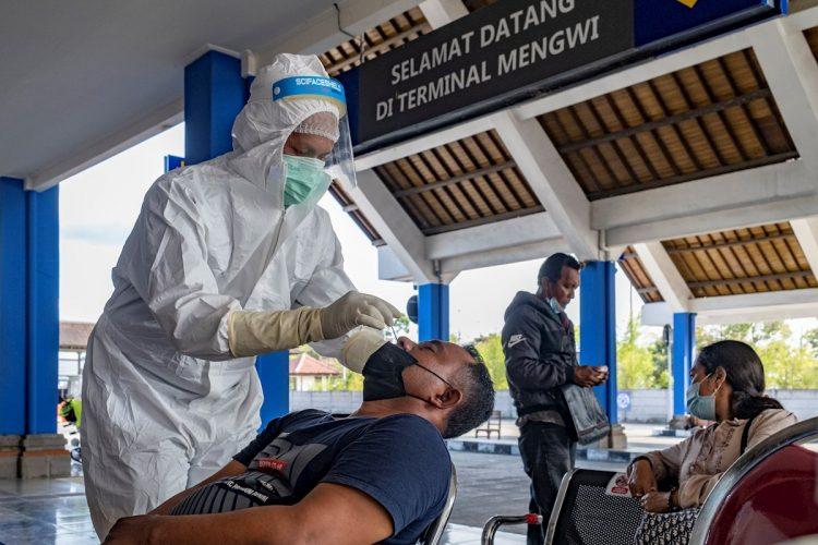 Un sanitario realiza un test para detectar el coronavirus en Denpasar, Indonesia. Foto: Made Nagi / EFE.