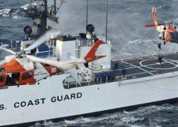 Un escampavías y dos helicópteros de la Guardia Costera durante una operación en el caribe. Foto: USCG