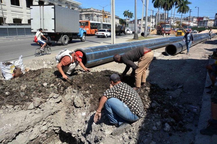 Foto de archivo de la instalación de una nueva conductora de agua en La Habana. Foto: ACN / Archivo.