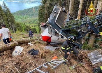 Rescatistas junto a un teleférico accidentado en Piamonte, Italia, hecho que dejó al menos una docena de fallecidos. Foto: Servicio italiano de bomberos y salvamento / EFE.
