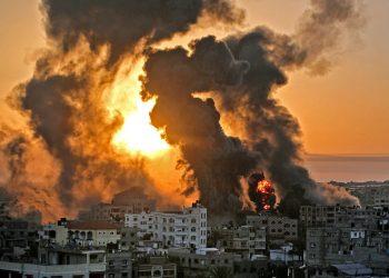 Edificio en llamas luego de ser alcanzado por un misil en Gaza Foto: Youssef Massoud/ AFP, vía La Nación.