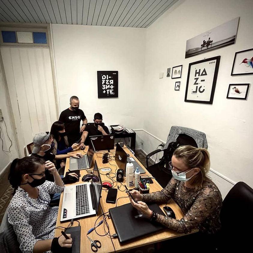 Equipo del estudio privado de diseño ENSO, en su sede en la ciudad de Cienfuegos. Foto: Perfil de Facebook de ENSO.
