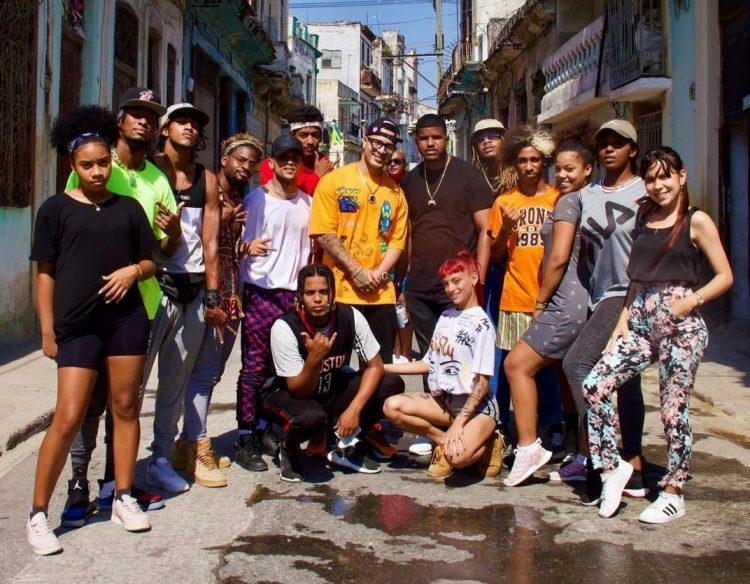 Los Datway junto al cantante Yomil en las calles de Centro Habana, donde presentan buena parte de sus coreografías. Foto: perfil de instagram oficial del grupo.
