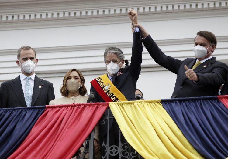 Foto: Guillermo Lasso (centro) toma posesión en Ecuador. A su derecha, el presidente derechista brasileño Jair Bolsonaro. Foto: tomada de El País/Brasil.