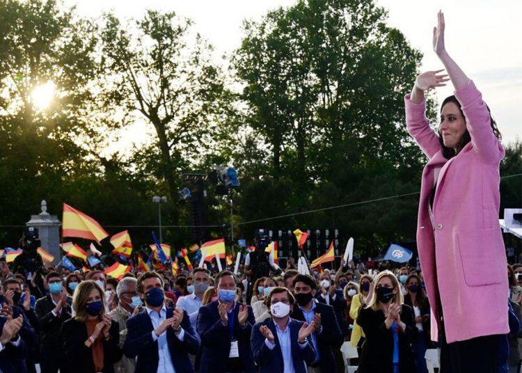 La presidenta de la Comunidad de Madrid y entonces candidata a la reelección del Partido Popular (PP), Isabel Díaz Ayuso, saludaba antes de pronunciar un discurso durante la reunión de clausura de su campaña para las elecciones regionales de Madrid, en Madrid el 2 de mayo. Foto: AFP.