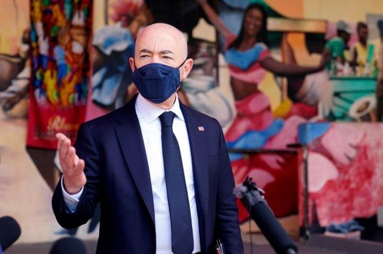 El secretario de Seguridad Nacional, Alejandro Mayorkas, visita la Pequeña Haiti, en Miami. Foto: AP / Pool.