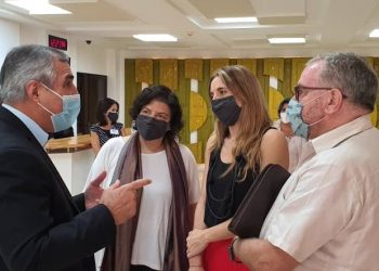 Carla Vizzoti y Cecilia Nicolini reunidas con el presidente de  BioCubaFarma. Foto: twitter.com/BioCubaFarma