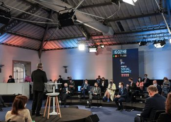 Presidente francés Emmanuel Macron entre los asistentes a la reunión de Oporto. Foto: twitter.com/EmmanuelMacron
