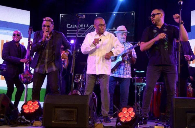 El sonero Adalberto Álvarez junto a otros músicos. Foto: Adalberto Álvarez y su son / Facebook