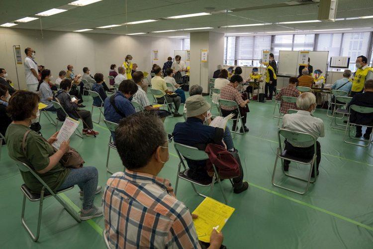 Decenas de personas esperan su turno en el recién abierto centro de vacunación masiva en Tokio, este 24 de mayo. Foto: Carl Court/ EFE/EPA.