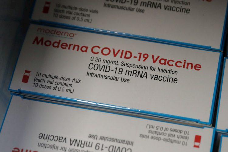 Cajas de la vacuna anticovid de la farmacéutica estadounidense Moderna. Foto: Stephanie Lecocq / EFE / Archivo.