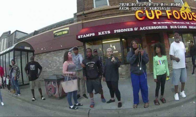 Darnella Frazier (tercera de derecha a izquierda, con pantalones azules) grabó la detenciòn y asesinato de George Floyd a manos de un agente de la policía de Minneapolis. Foto: Tomada de The Guardian.