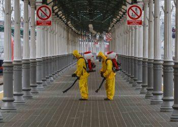 Operarios desinfectan una estación de trenes en Rusia, como medida higiénica ante la COVID-19. Foto: Sergei Ilnitsky / EFE / Archivo.