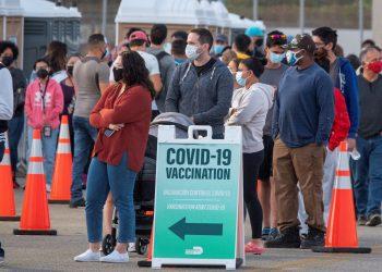Personas hacen cola en un centro de vacunación contra la COVID-19 en Miami, Florida. Foto: Cristobal Herrera-Ulaskevich / EFE / Archivo.