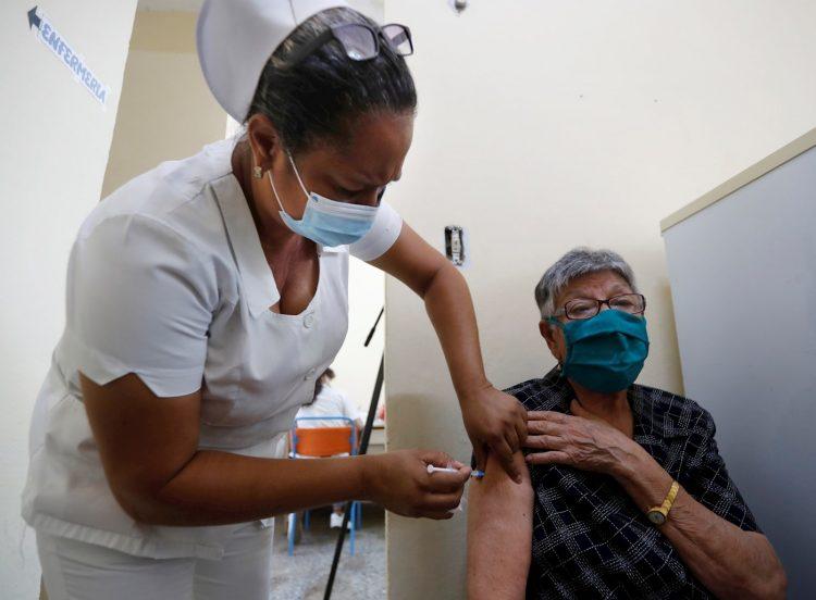 Una enfermera aplica una dosis de vacuna anticovid cubana a una anciana como parte de una intervención sanitaria contra la pandemia. Foto: Yander Zamora / Archivo.