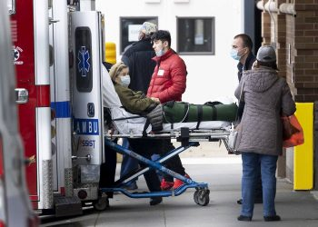 Una paciente con COVID-19 es trasladada a un hospital en EE.UU. Foto: Justin Lane / EFE / Archivo.