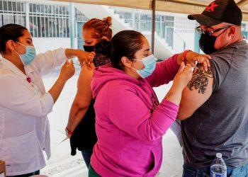 Personal de salud aplica la vacuna contra la COVID-19 de Johnson & Johnson, en el centro de vacunación instalado en la Primaria Miguel F. Martínez de la ciudad de Tijuana, estado de Baja California. Foto: Joebeth Terriquez / EFE.