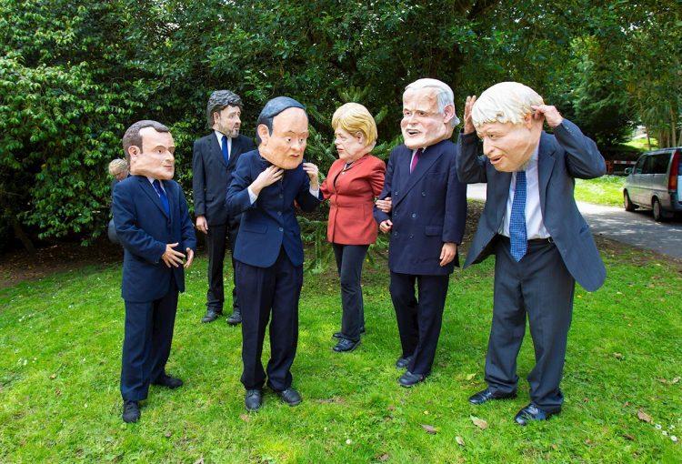 Manifestantes protestan con caretas de los líderes del G7 durante una manifestación en St. Ives, Cornualles, Gran Bretaña. Foto: Jon Rowley / EFE.