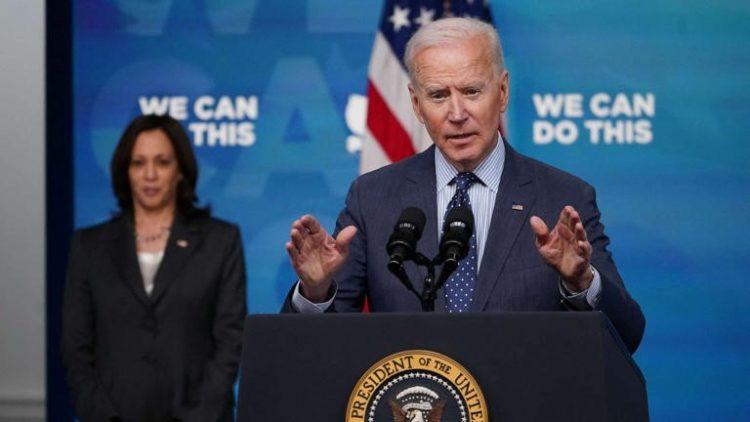 El presidente Biden declara el mes de junio decisivo en la lucha contra el coronavirus. Al fondo, la vicepresidenta Kamala Harris. Foto: AFP.