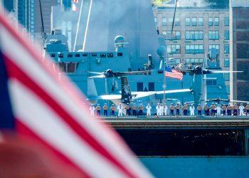 Soldados y marineros en la cubierta de un buque de la Armada estadounidense. Foto: Johannes Eisele/AFP/Archivo.