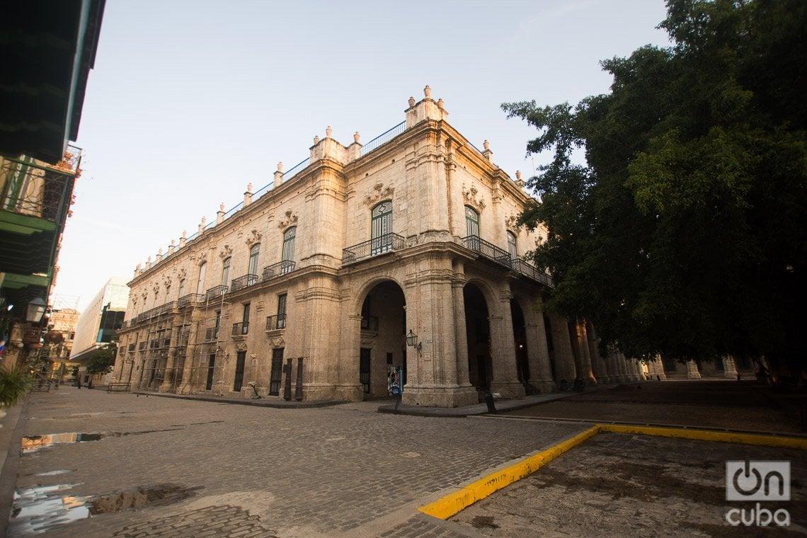 Palacio de los Capitanes Generales, a un costado de la calle de Obispo, en La Habana. Foto: Otmaro Rodríguez.