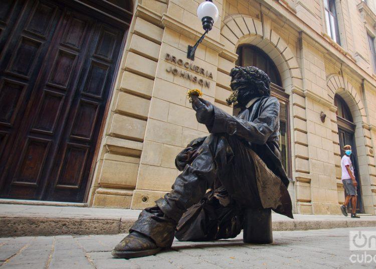 Estatua viviente en la calle de Obispo, en La Habana. Foto: Otmaro Rodríguez.
