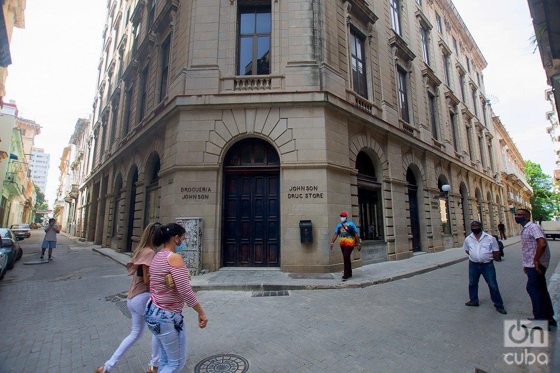 Farmacia y Droguería Johnson, en la calle de Obispo de La Habana. Foto: Otmaro Rodríguez.