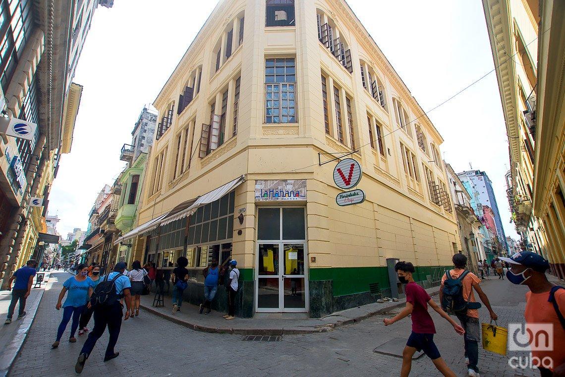 Conocido como Tencent Obispo, este edificio es actualmente un mercado, en la calle de Obispo de La Habana. Foto: Otmaro Rodríguez.