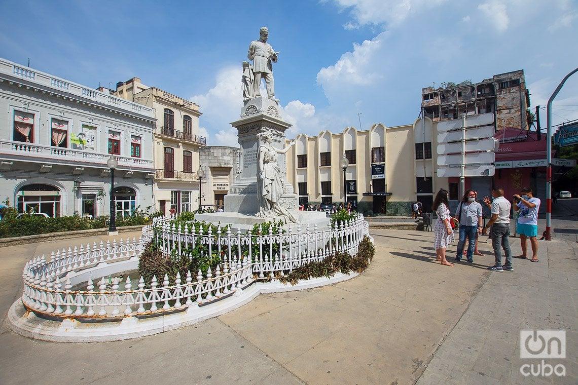 Monumento al ingeniero Francisco de Albear y Fernández, en la plazuela del mismo nombre, a un costado de la calle de Obispo, en La Habana. Foto: Otmaro Rodríguez.