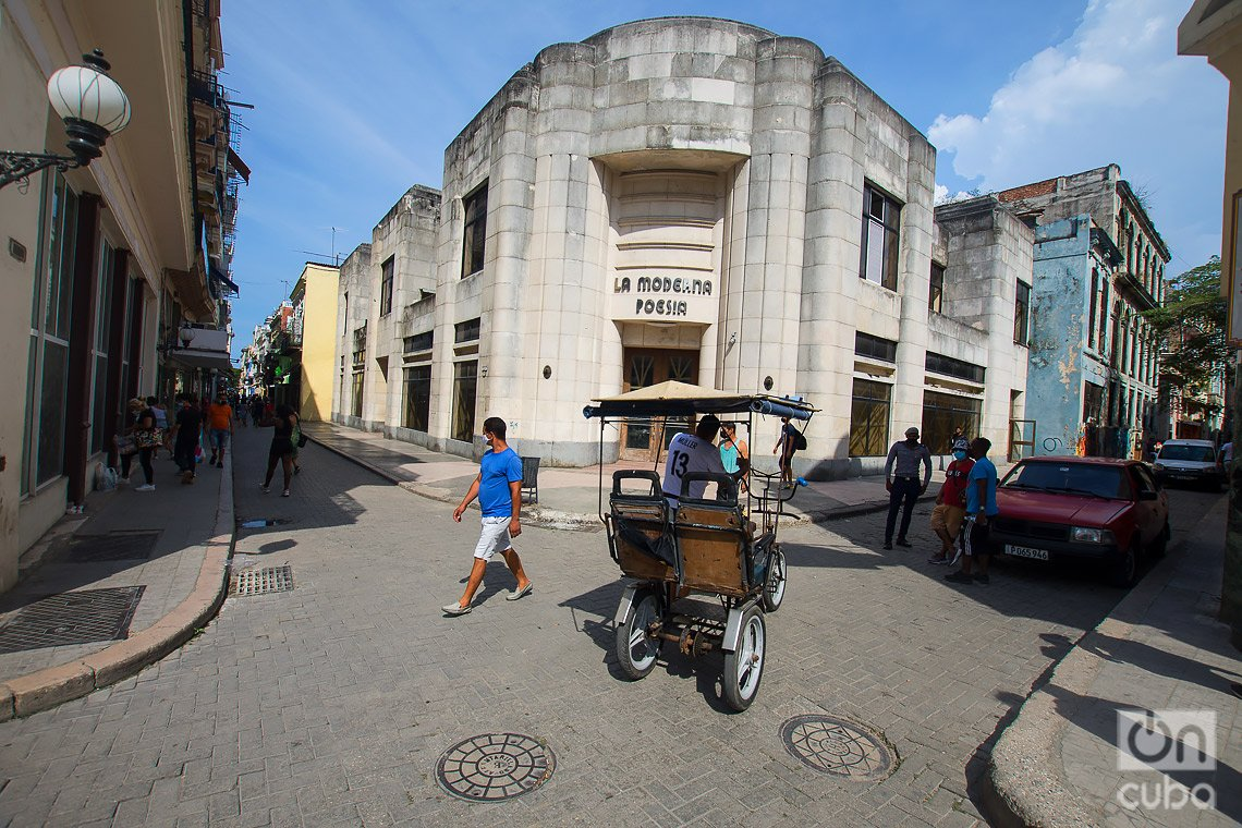 La Moderna Poesía, en su tiempo la librería más famosa de Cuba y actualmente en total abandono, en la calle de Obispo de La Habana. Foto: Otmaro Rodríguez.