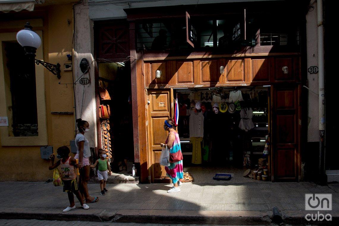 Tienda de artesanía privada, en la calle de Obispo de La Habana. Foto: Otmaro Rodríguez.