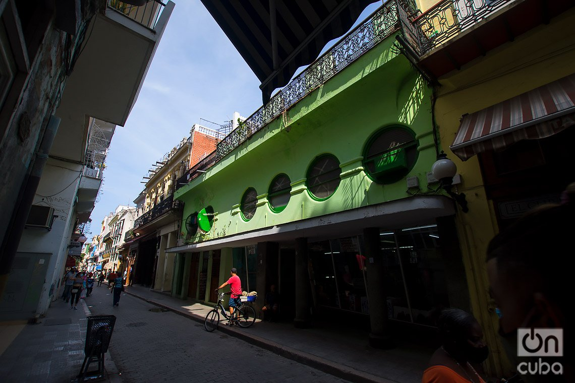 Taller de reparaciones de relojes, en la calle de Obispo de La Habana. Foto: Otmaro Rodríguez.