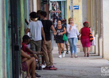 Personas en la calle Reina, en La Habana. Foto: Otmaro Rodríguez.