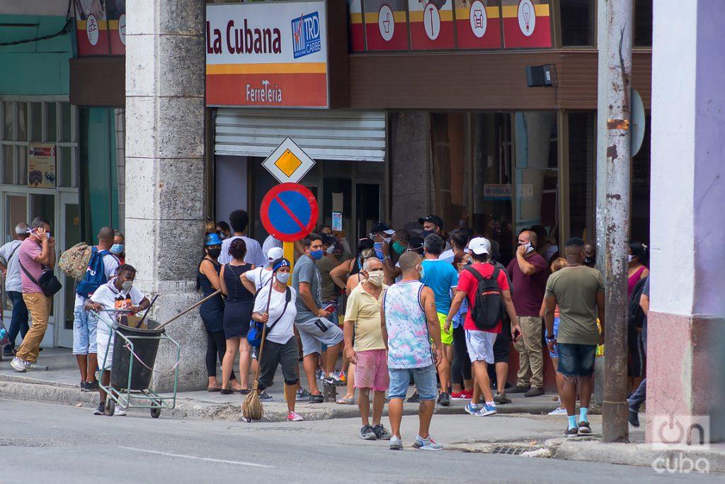 Personas en una cola para comprar en una tienda en Moneda Libremente Convertible (MLC), en La Habana Foto: Otmaro Rodríguez.