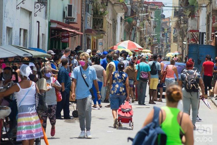 Personas en una calle de La Habana en el actual rebrote de la COVID-19. Foto: Otmaro Rodríguez.