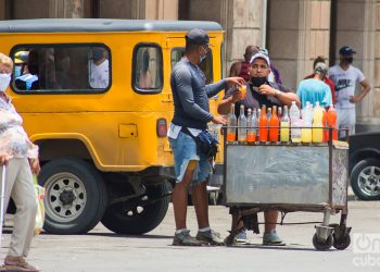 Vendedor particular de refresco, en La Habana. Foto: Otmaro Rodríguez.
