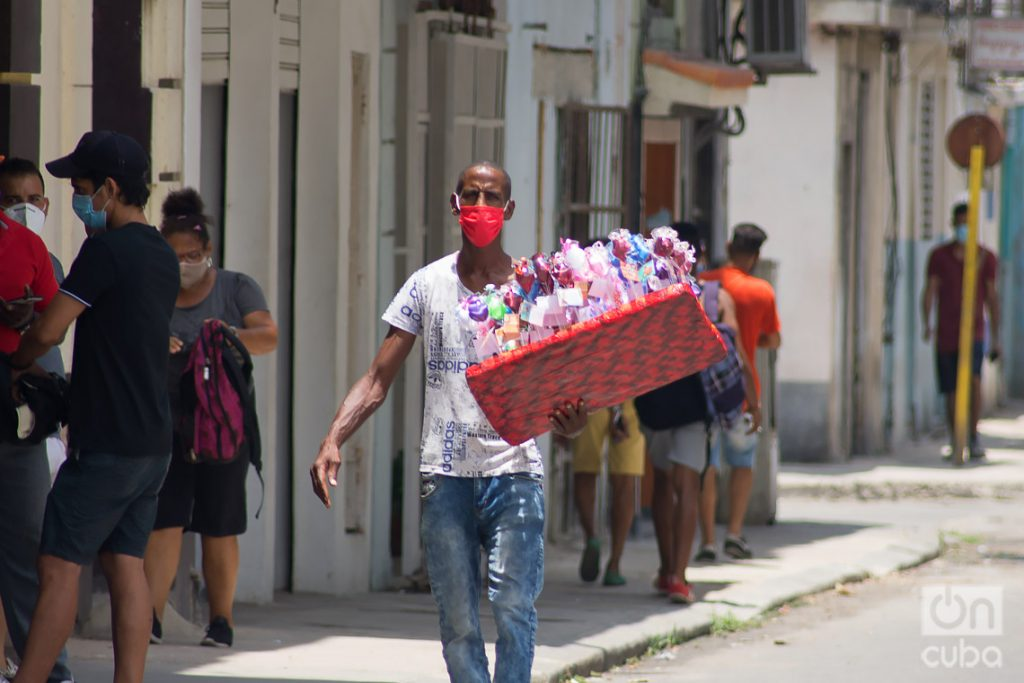 Vendedor ambulante en La Habana. Foto: Otmaro Rodríguez.