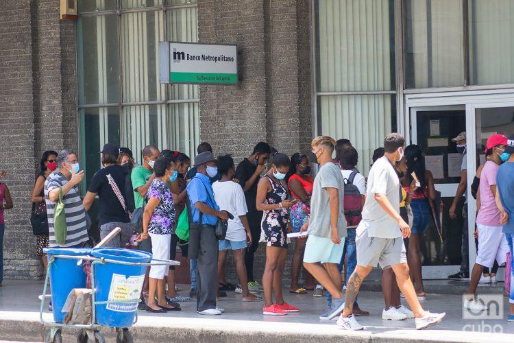 Personas en una cola para entrar a un banco, en La Habana. Foto: Otmaro Rodríguez.