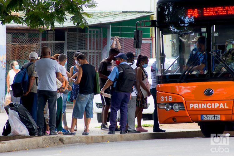 Personas en una parada de ómnibus, en La Habana. Foto: Otmaro Rodríguez.