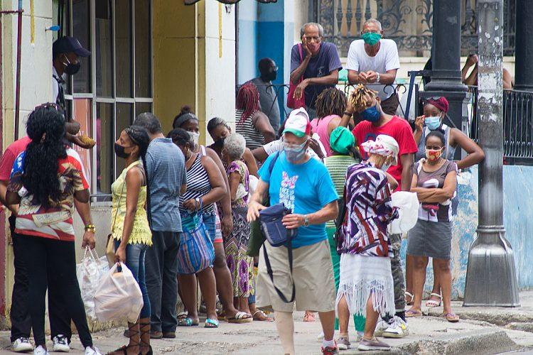 Personas en una cola para comprar alimentos en La Habana. Foto: Otmaro Rodríguez.